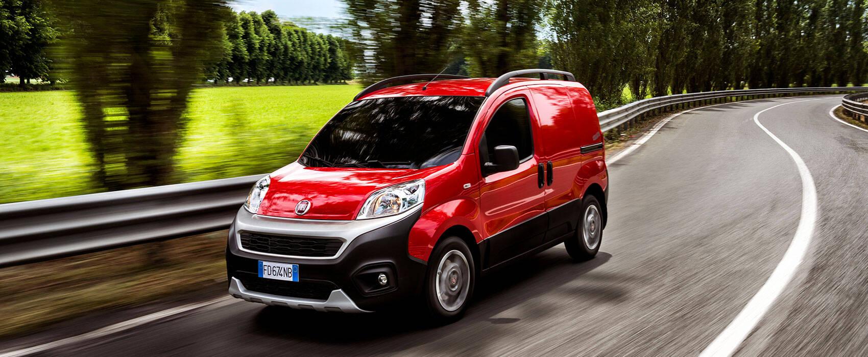 Fiat Fiorino Adventure Edition in rot auf einer Straße