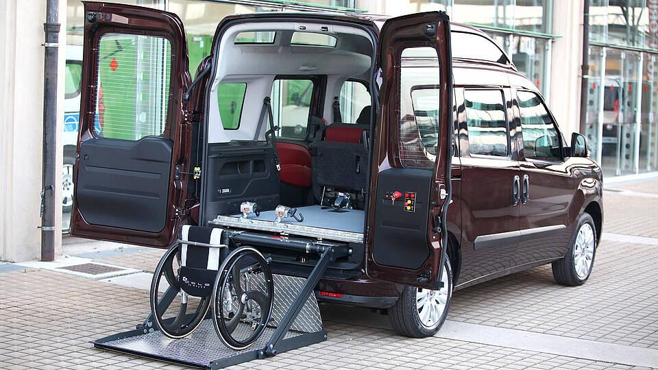 Rückseite des Doblo in behindertemgerechten Ausbau mit Rollstuhl Rampe