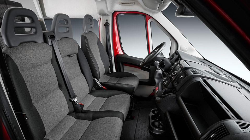 Fahrersitz und zwei Beifahrersitze im Fiat Ducato