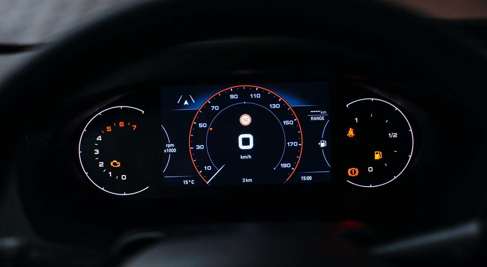 Artikelbild: Digitales Kombiinstrument mit Tacho und Tankanzeige hinter dem Lenkrad