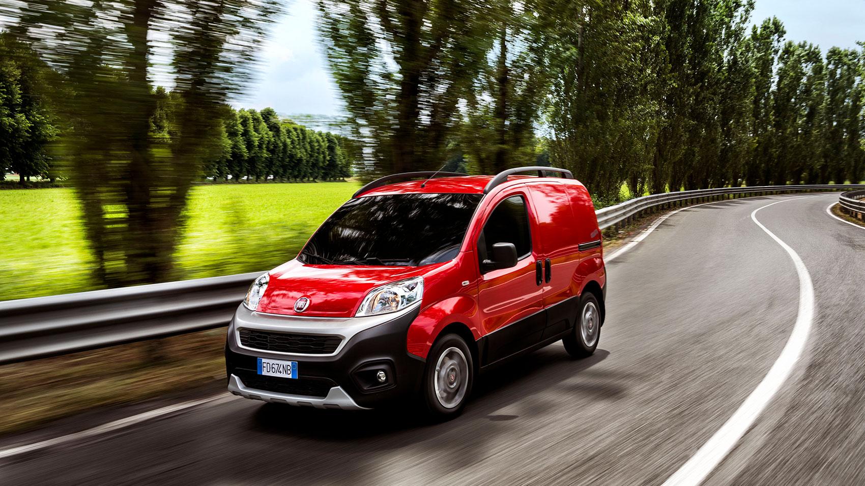 Artikelbild: Roter Fiat Fiorino auf einer Landstraße