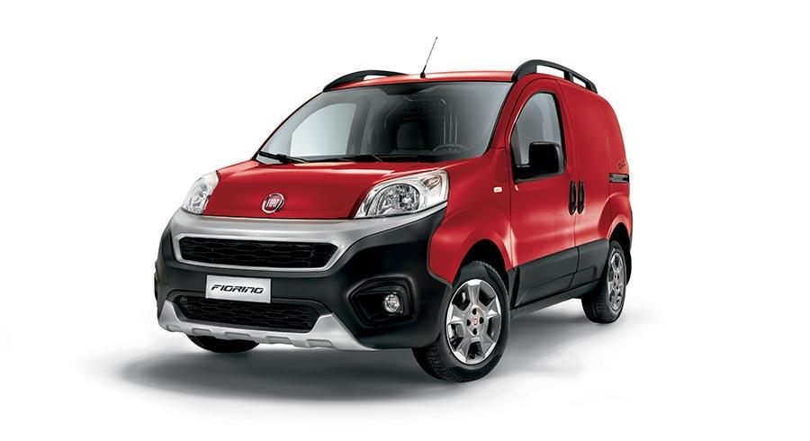 Ein roter Fiat Fiorino von der Seite