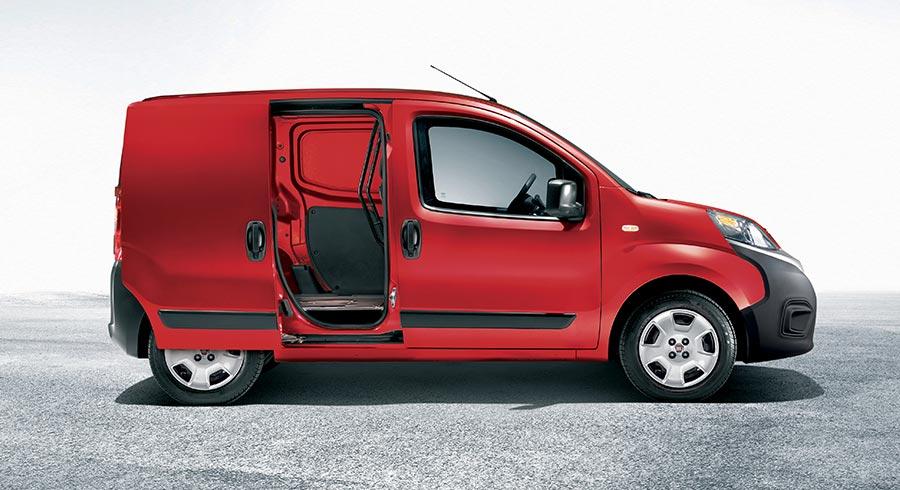 Roter Fiat Fiorino von der Seite