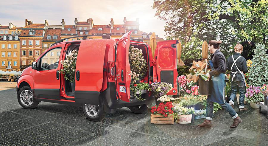 Der Fiat Fiorino wird bei offenen Türen mit Blumen beladen