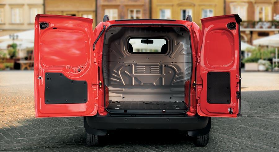 Der Fiat Fiorino von hinten mit geöffneten Hecktüren