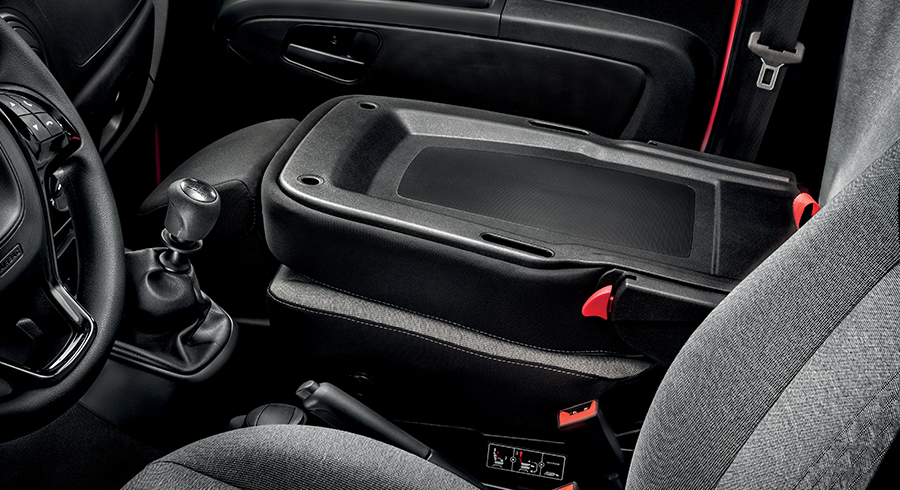 Umgeklappter Beifahrersitz und Schaltknauf des Fiat Fiorino