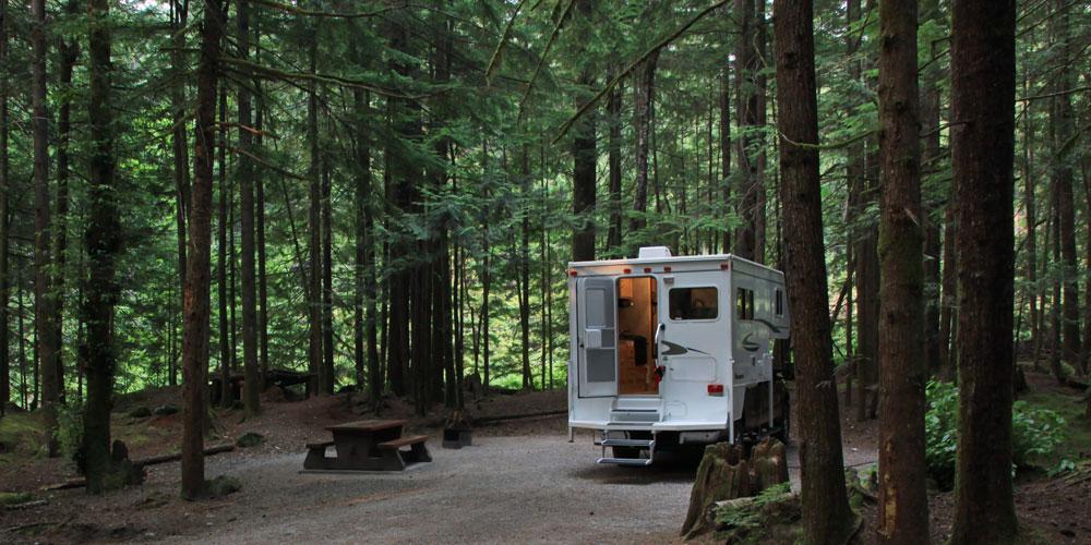 Wohnmobil auf Parkplatz im Wald
