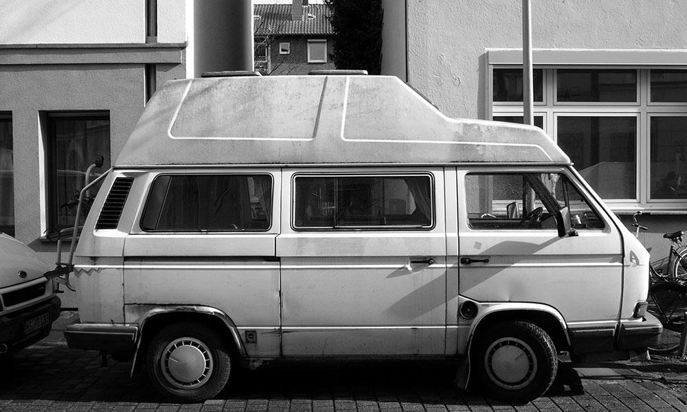 altes Wohnmobil im 80er Jahre Stil