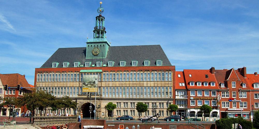 Die Stadt Emden mit dem Rathaus