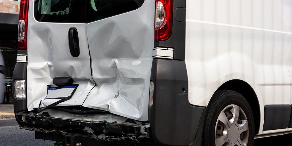 Bei Verschulden mit mittlerer Fahrlässigkeit muss der Fahrer oftmals einen Teilbetrag der Kosten selbst tragen.