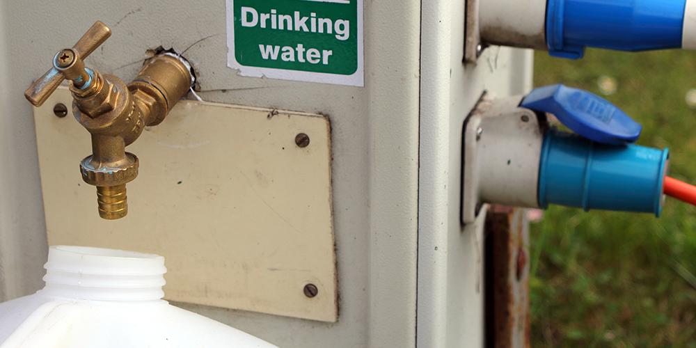 Trinkwasserhahn auf dem Wohnmobilstellplatz