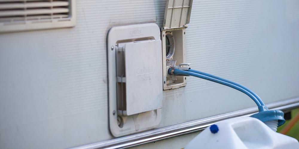 Wassertank eines Wohnmobils wird befüllt