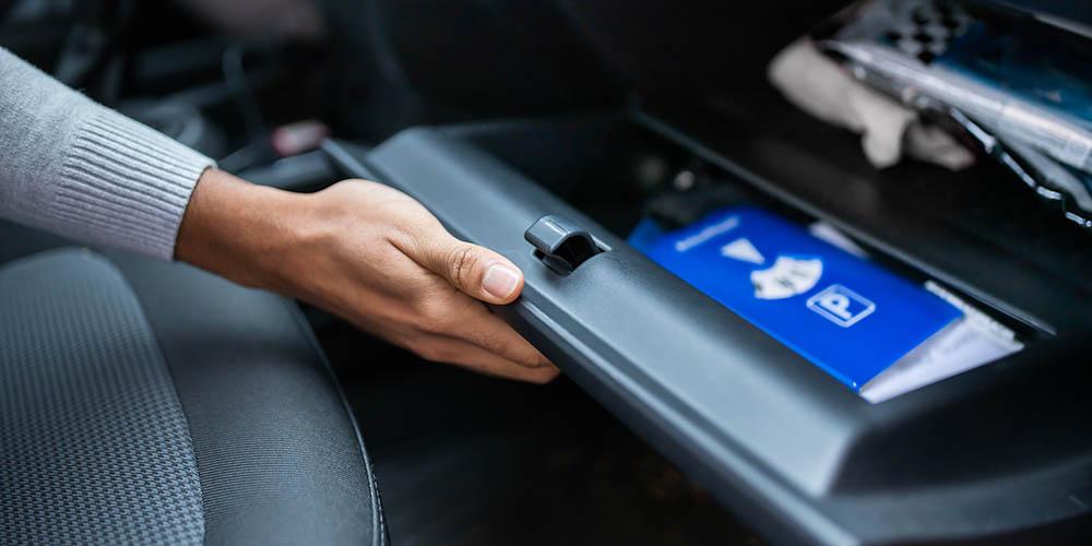 Fahrzeugpapiere im Handschuhfach