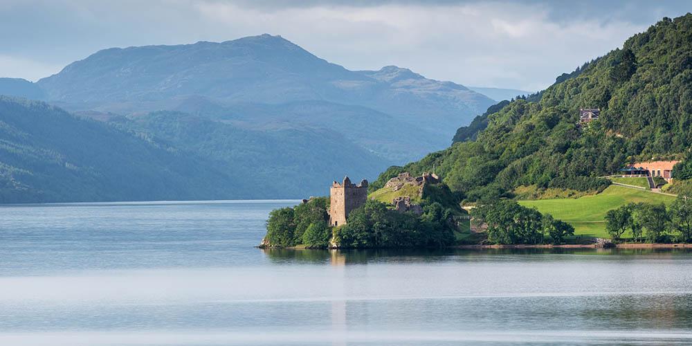 Loch Ness in Schottland mit dem Urquhart Castle