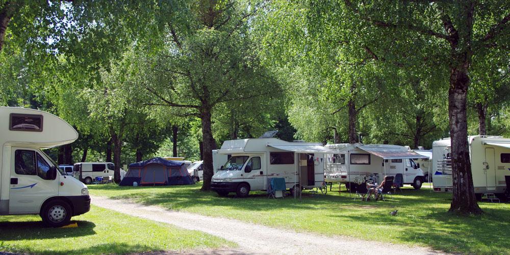 Mehrere Wohnmobile parken auf einem Campingplatz